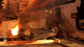 Fermez-vous pour l'équipement à l'usine métallurgique avec de l'acier de fonte de four brûlant Longueur courante Magasin au photo stock