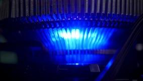Fermez-vous pour la lumière bleue du refroidisseur d'air, concept électrique de dispositifs Longueur courante Détail du refroidis clips vidéos