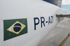 Fermez-vous pour un identifer brésilien de drapeau et d'airplaner sur un airplanet garé à l'aéroport du ` s Santos Dumont de Rio  Photographie stock libre de droits