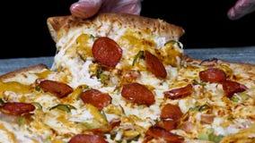 Fermez-vous pour une tranche de cueillette de main de pizza de pepperoni savoureuse, foodporn Vue Pizza de pepperoni italienne ch banque de vidéos