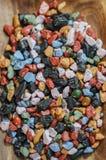Fermez-vous sur beaucoup de roches colorées de sucrerie Images stock