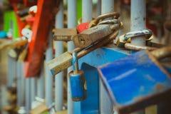 Fermez-vous sur beaucoup de serrures d'amour sur la barrière Photographie stock libre de droits