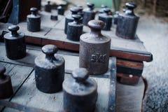 Fermez-vous sur de vieilles échelles de vieux vintage et pesez dans l'atelier Image stock