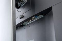 Fermez-vous sur des connecteurs de signal d'entrée d'un affichage d'ordinateur moderne images libres de droits
