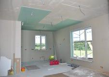 Fermez-vous sur des détails de construction de plafond avec le fil de l'électricité Murs et plafond de plâtre de gypse de constru photo stock