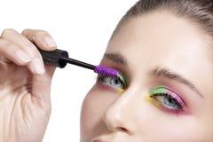 Fermez-vous sur des yeux, en faisant les fards à paupières et l'eye-liner colorés Photo stock
