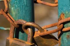 Fermez-vous sur deux rouillés et cadenas superficiels par les agents Images libres de droits