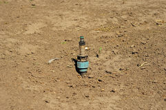 Fermez-vous sur juste l'arroseuse installée de pelouse Arrosage de tuyau de système d'arrosage Photos libres de droits