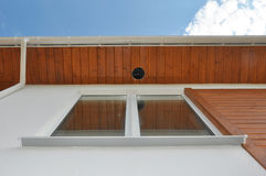Fermez-vous sur l'éclairage extérieur et les appareils d'éclairage extérieurs Panneau de soffite de gouttière de pluie, installat Image libre de droits