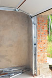 Fermez-vous sur l'installation de rail et de ressort de courrier de Profil en métal de porte de garage Install Images stock