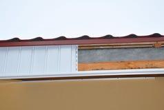 Fermez-vous sur l'installation de soffite et de fasce Construction de toiture de nouvelle maison images libres de droits