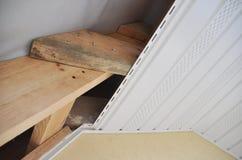 Fermez-vous sur l'installation de soffite et de fasce Toiture Constructio photo libre de droits