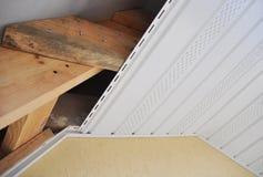 Fermez-vous sur l'installation de toiture de soffite et de fasce images stock