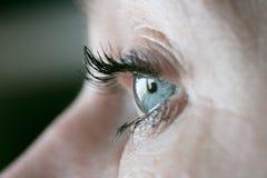 Fermez-vous sur l'oeil d'une femme quand son ouvert Photographie stock