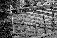 Fermez-vous sur la barrière diagonale en bois photographie stock