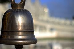 Fermez-vous sur la cloche traditionnelle thaïlandaise en métal au temple images libres de droits