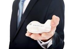 Fermez-vous sur la main masculine tenant le petit avion Images stock