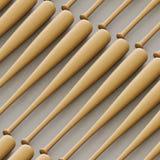 Fermez-vous sur la rangée de battes de baseball en bois non marquées Photo stock