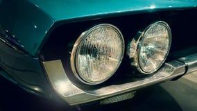 Fermez-vous sur la voiture bleue de sarcelle d'hiver photographie stock libre de droits