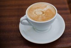 Fermez-vous sur le café sur le fond en bois Photo stock
