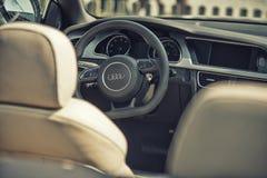 Fermez-vous sur le cocpit d'Audi et roulez Photographie stock