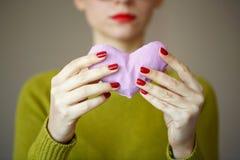 Fermez-vous sur le coeur rose à disposition de la femme Image de jour de valentines Image stock