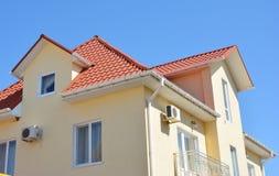 Fermez-vous sur le domaine problématique de réseau de pipe-lines de gouttières de toit de grenier de maison Gouttière de toit d'i images libres de droits