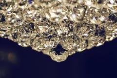 Fermez-vous sur le lustre éclatant de verre cristal Photographie stock libre de droits