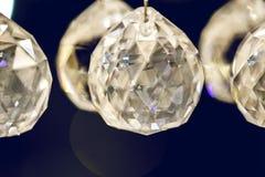 Fermez-vous sur le lustre éclatant de verre cristal Photo stock