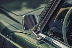 Fermez-vous sur le miroir de vue arrière sur la voiture d'intage de greenv Photo stock