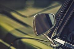 Fermez-vous sur le miroir de vue arrière sur la voiture d'intage de greenv Photo libre de droits