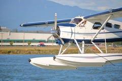 Fermez-vous sur le pilote Landing Seaplane photographie stock libre de droits