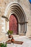 Fermez-vous sur le portail gothique de l'église médiévale de Santa Cruz Photos libres de droits