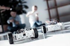 Fermez-vous sur le robot avec des roues conduites par des écoliers Photographie stock