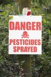 Fermez-vous sur le signe pulvérisé par pesticides de danger Images libres de droits