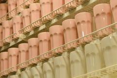 Fermez-vous sur le sort de tasses de couleur claire sur l'étagère Image libre de droits