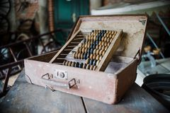 Fermez-vous sur le vieil abaque de vieux vintage dans l'atelier Photo libre de droits