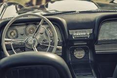 Fermez-vous sur le vieux volant et habitacle de voiture de vintage Photographie stock