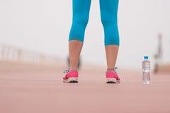 Fermez-vous sur les chaussures de course et la bouteille de l'eau Photo libre de droits