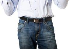Fermez-vous sur les hommes dans des pantalons de jeans Photo stock