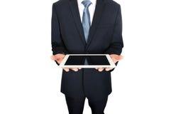Fermez-vous sur les mains masculines tenant le comprimé numérique Photo stock