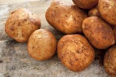 Fermez-vous sur les pommes de terre crues lavées Photos libres de droits