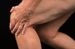 Fermez-vous sur quelqu'un avec douleur de genou photos libres de droits