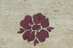 Fermez-vous sur saint s'est levé sur la surface en pierre Image stock