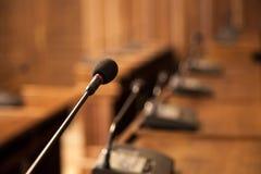 Fermez-vous sur un microphone dans une salle de conférence d'une assemblée municipale D'autres microphones semblables peuvent êtr Image stock