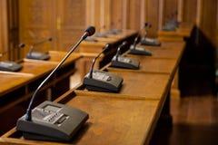 Fermez-vous sur un microphone dans une salle de conférence d'une assemblée municipale D'autres microphones semblables peuvent êtr Image libre de droits