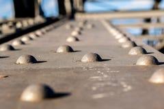 Fermez-vous sur un pont en métal Photo stock