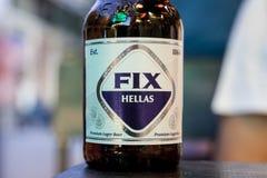 Fermez-vous sur une bouteille de bière de difficulté dans une bouteille en verre de traditionnal la nuit La difficulté, ou la dif image libre de droits