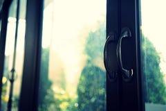 Fermez-vous sur une entrée de restaurant fermez-vous vers le haut du double fond en verre de réflexion de portes, poignées de por Photographie stock