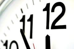 Fermez-vous sur une horloge images stock